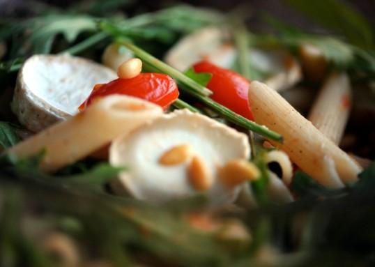 Pennepastaa, vuohenjuustoa, rucolaa, pienoisluumutomaatteja ja pinjansiemeniä.