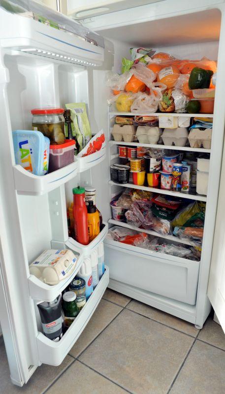 Jääkaappi täynnä ruokaa