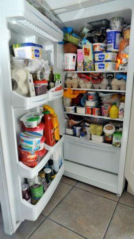 Jääkaappi tupaten täynnä ruokaa
