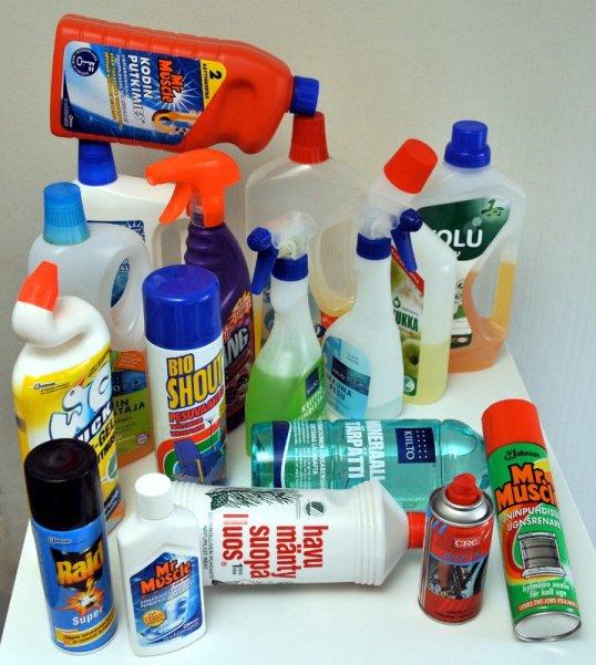 Sekalainen valikoima erilaisia puhdistusainepurkkeja.