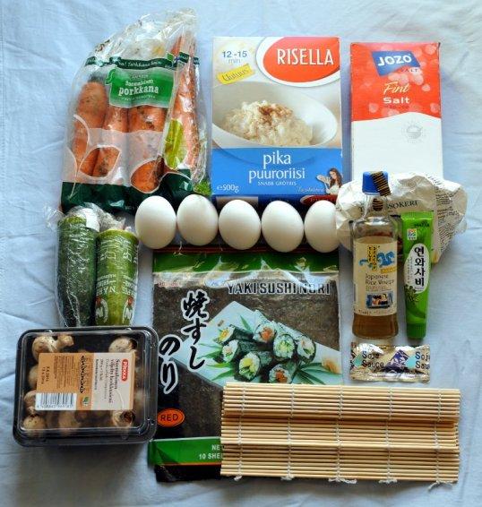 Pikapuuroriisiä, porkkanoita, kurkkua, herkkusieniä, kananmunia, nori-arkkeja, bambumatto, soijakastiketta, riisiviinietikkaa, wasabi-tahnaa, sokeria ja suolaa.
