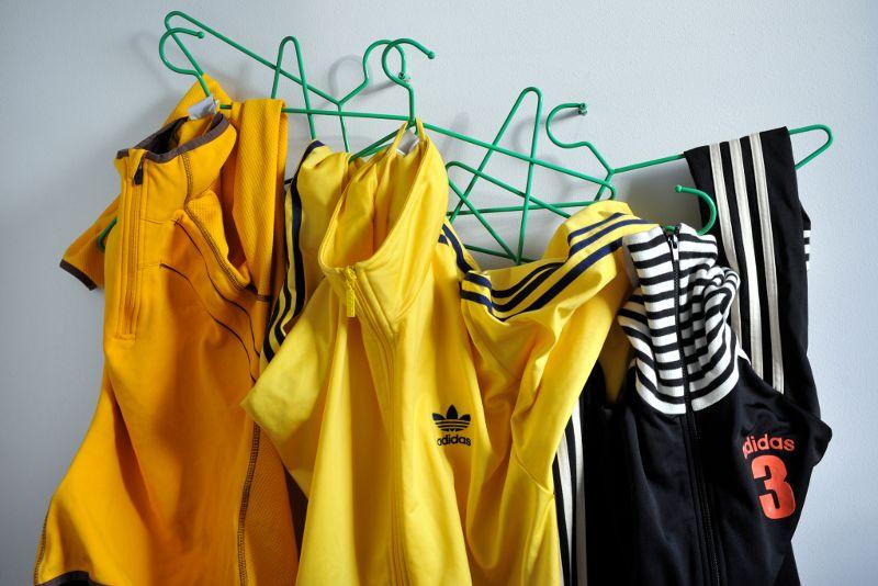 Urheilullisia vaatteita ripustettuina.