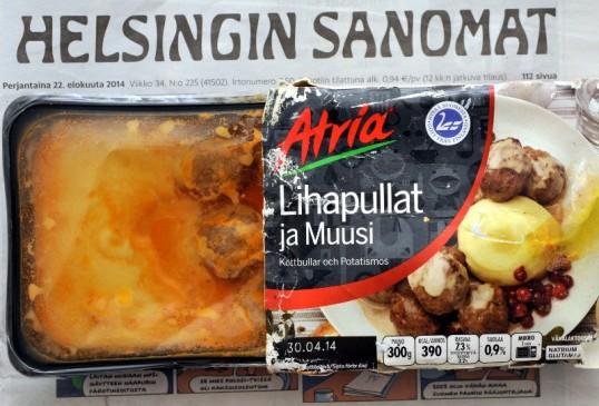 Lihapullia ja muusia sisältävä valmisruokapakkaus perjantain Lihapyöryköitä maanantain sanomalehden päällä.