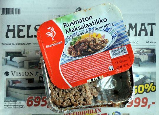 Maksalaatikkopurkki Lihapyöryköitä maanantain tiistain sanomalehden päällä.