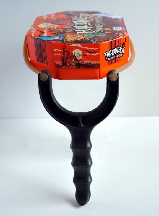Ritsa, johon on asetettu ammukseksi halloween-aiheinen suklaarasia.