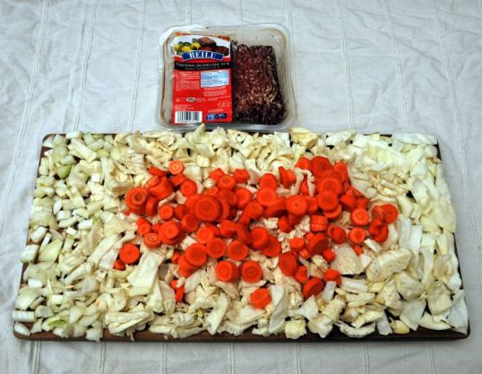 Jauhelihaa, paloiteluja porkkanoita, sipuleita ja kaalia.