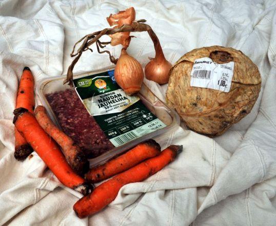 Vanhaa jauhelihaa, mustuneita porkkanoita, kuivaneita sipuleita ja ruttuinen kaali.