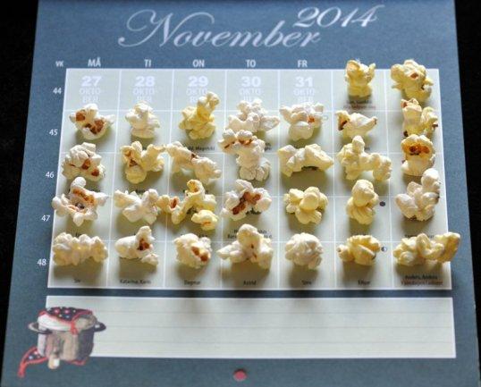 Ruotsinkielisen kalenterin kuukauden 11/2014 päivien päällä paahdettuja maissinjyviä.