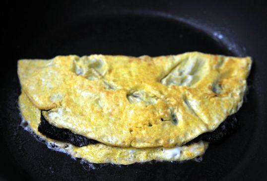 Pannulla munakas, jonka sisältä pilkistää norilevy.