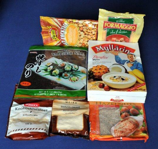 Erilaisia avattuja ruoka-ainepakkauksia.