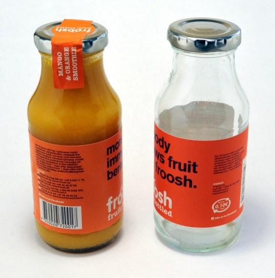 Vasemmalla täysi, pantiton Froos-lasipullo, oikealla tyhjä, pantillinen pullo.