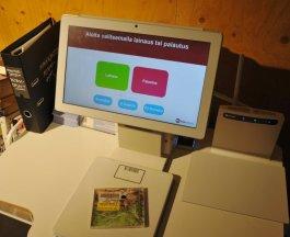 Kirjaston käsikäyttöinen yhdistetty palautus- ja lainausautomaatti.