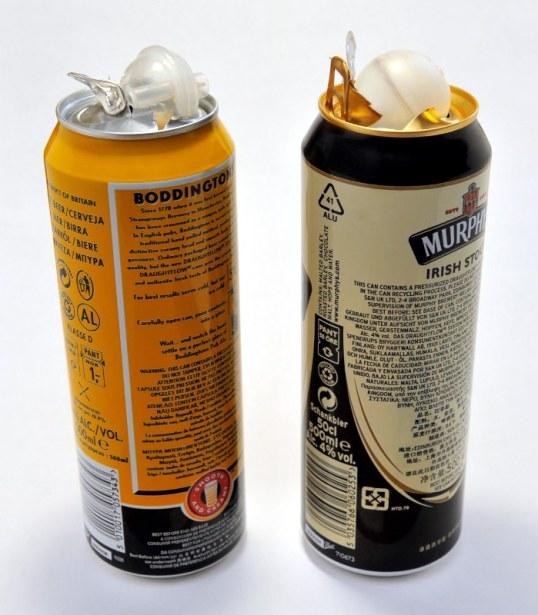 Kaksi oluttölkkiä, joiden päällä on niistä poistettu typpikapseli.