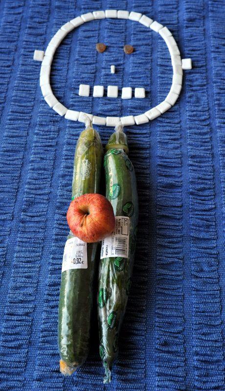 Kurkuista, omenasta ja kurkkupastilleista muodostettu ihmishahmo.