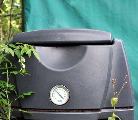 Kompostiastia, jonka lämpömittari näyttää lukemaa 33 °C.