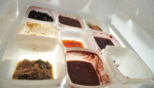 Pakastusrasioita, joissa erilaisia ruoantähteitä.