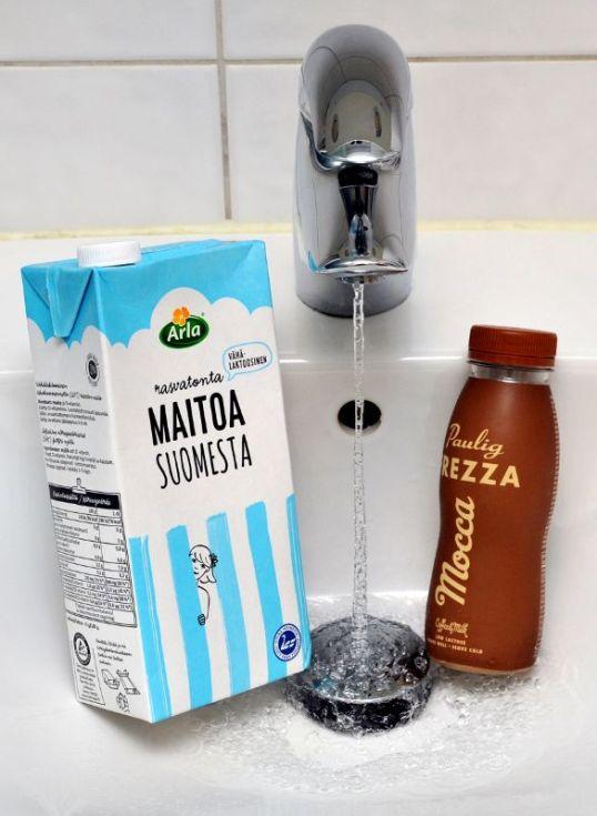 Posliinialtaassa maitotölkki, valuvaa vettä ja kahvijuomapullo.