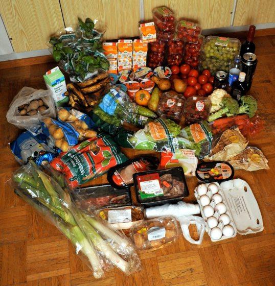 Lattialla kasassa purjo-, peruna- ja salaattipusseja, liha-, tomaatti-, mansikka- ja viinirypälerasioita sekä kerma-, jukurtti- ja riisipuuropurkkeja. Lisäksi basilikaruukkuja, karjalanpiirakkapusseja, kananmunakenno, leivonnaisia, kaaleja ja banaania ynnä muuta.