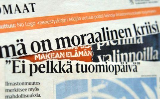Leikkeitä Helsingin Sanomien ilmastonmuutosjutuista Valomerkki-kirjan päällä.
