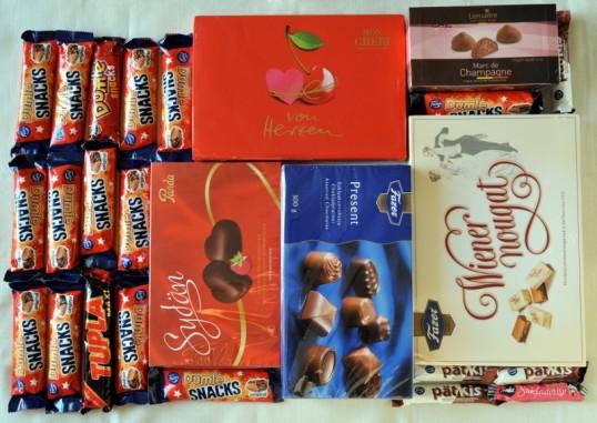 Suklaapatukoita ja konvehtirasioita kääreissään.