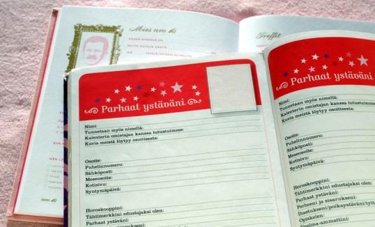 Vaaleanpunaisella taustalla Demi-kalenterin Parhaat ystäväni -sivujen alla Mies muistiin -kirjan Mies nro 16 -kaavake.