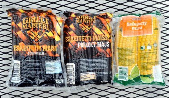 Kolme maissipakettia metalliritilän päällä.