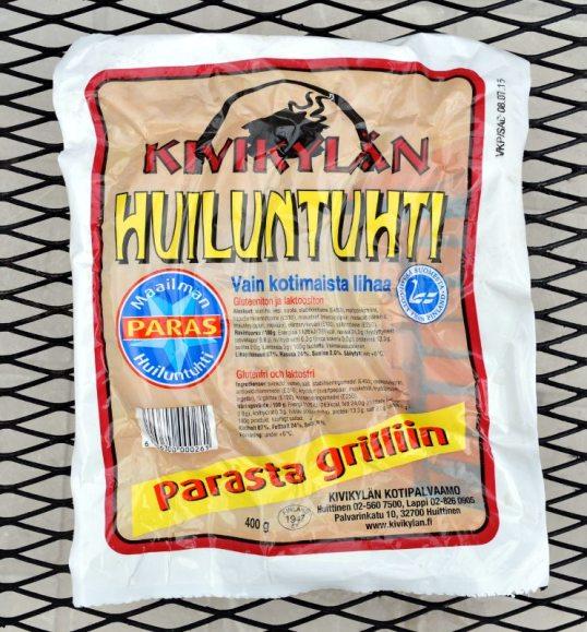 Kivikylän Huiluntuhti-makkarapaketti metalliritilän päällä.