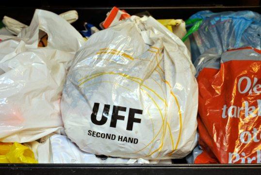 UFFIn valkoinen muovikassi sekajäteastiassa muiden muovikassien seassa.