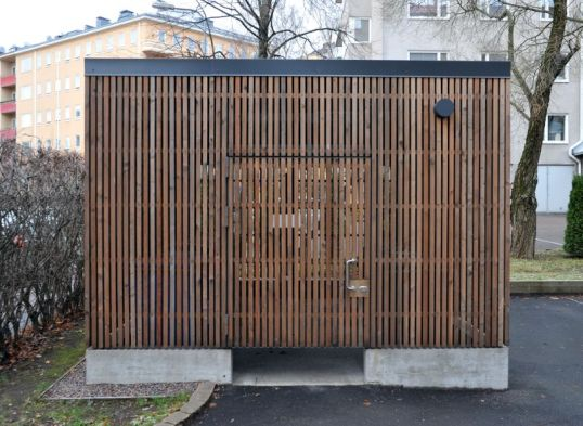 Jätekatos, jossa lukittavan oven ja maankamaran välillä suurehko rako.
