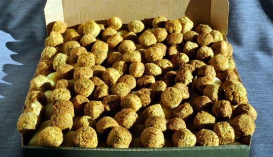 Pitsalaatikossa kasvispyöryköitä keitettyjen perunoiden päällä.