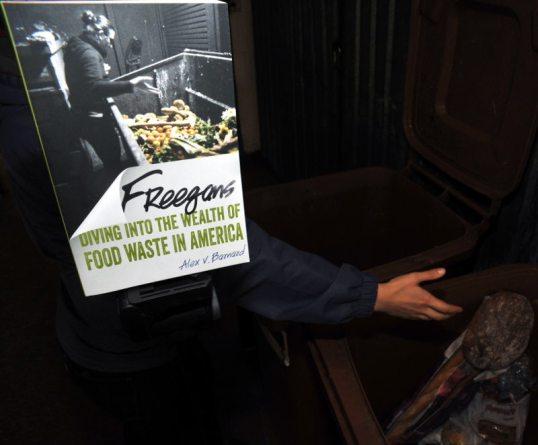 Freegans-kirja, jossa ihminen on kuvattu kaupan jäteastian äärellä, on kuvattu ihmisen edessä kaupan jäteastian äärellä.