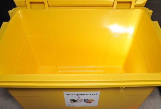 Tyhjä keltainen muovipakkausten keräysastia.