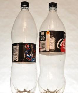 Pepsin ja Coca-Colan isot 1,5 litran muovipullot vierekkäin.