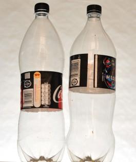 Pepsin ja Coca-Colan isot 1,5 litran muovipullot etiketit keskenään vaihdettuina.