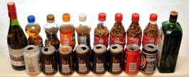 Lasipulloja, muovipulloja ja juomatölkkejä, joiden sisällä on savukkeenpätkiä ja osassa myös nestettä.