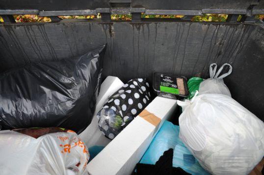 Kuivajäteastiassa roskapusseja ja avaamaton jauhelihapakkaus.