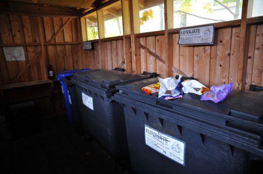 Makeisia roska-astian päällä tunnelmallisessa jätekatoksessa.