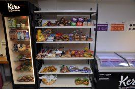 Jääkaapissa muun muassa maitoa, jukurttia ja keittojuureksia. Viereisillä hyllyillä paljon leipää sekä hieman banaaneja ja perunoita.