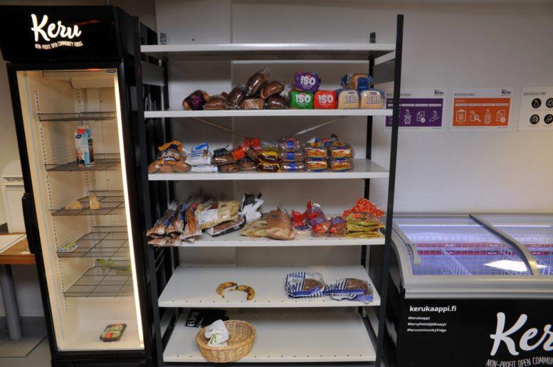 Jääkaapissa maitotölkki sekä muutama pakkaus kasviksia ja hiivaa. Viereisllä hyllyillä jäljellä paljon leipää ja kaksi banaania.
