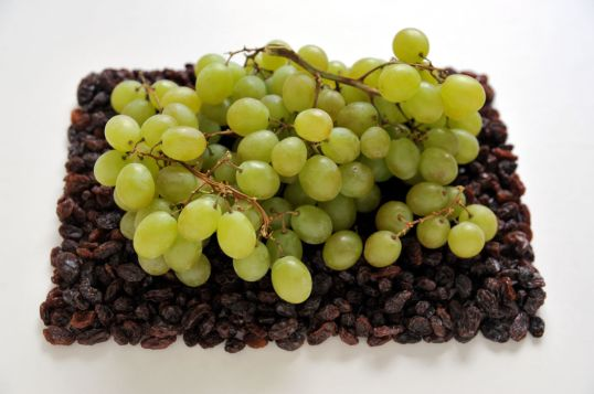 Viinirypäleitä rusinoiden päällä.