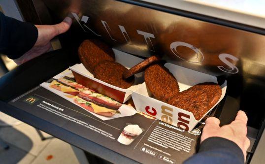 """Kuusi soijapihviä McDonalds'in tarjottimella menossa kohti roskakoria, jossa lukee """"kiitos""""."""