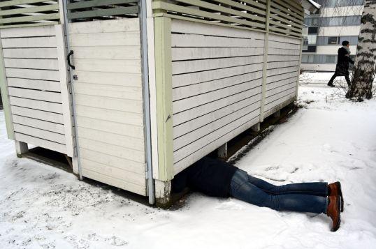 Onni Tonkija ryömii valkeaan jätekatokseen.