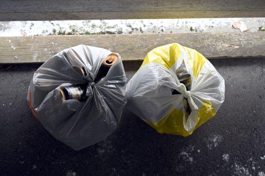 Kaksi suljettua muovikassillista täynnä juomatölkkejä.