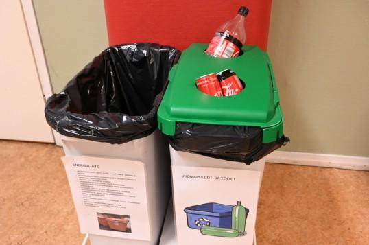 Roskakorit energiajätteelle sekä juomapulloille ja -tölkeille koulun tiloissa.