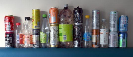 Tölkkejä ja muovipulloja, joissa on ruotsalainen panttimerkki (joissakin myös vanha norjalainen panttimerkki).