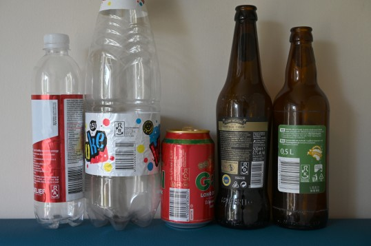 Kaksi muovipulloa, metallitölkki ja kaksi lasipulloa, joissa on virolaiset panttimerkit A, B, C, D ja K.
