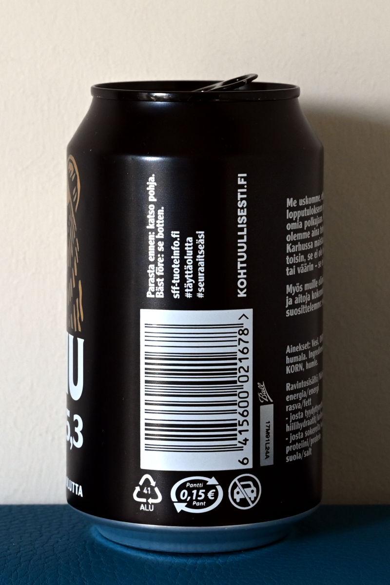 Karhu 5,3 -oluttölkissä valkoinen panttimerkki mustalla pohjalla.