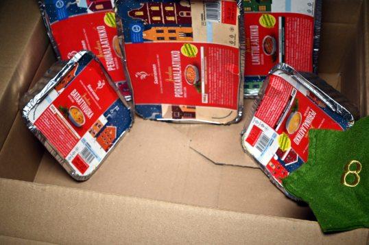 Peruna-, porkkana-, lanttu- ja bataattilaatikkojen rasiat pahvilaatikossa.