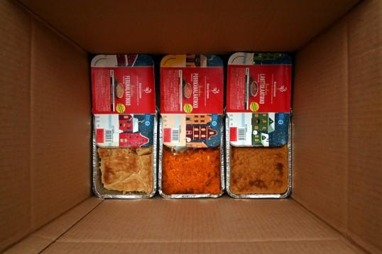 Saarioisten peruna-, porkkana- ja lanttulaatikkovuoat pahvilaatikossa.