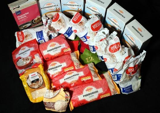Avattuja ja avaamattomia puuroriisi- ja riisihiutalepakkauksia.
